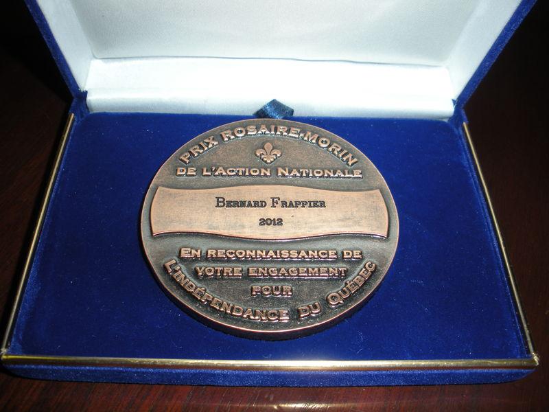 Photographie de la médaille du Prix Rosaire-Morin de L'Action nationale, décerné à Bernard Frappier en 2012.